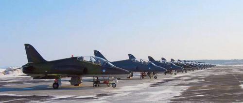 Nykyään Kauhavalla lennetään täysipainoisesti suihkukonekalustolla, jota tässä talvisen kuvan tyylikkäässä rivissä edustavat Bae Hawk-51- koneet.