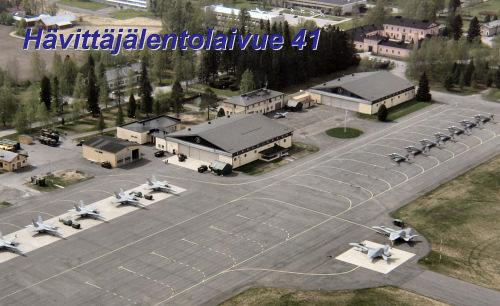 Lentosotakoulun suojissa toimii myös koulutuslaivueena operoiva Hävittäjälentolaivue 41(HävLLv 41). Yllä olevassa kuvassa etualalla näkyy seitsemän vierailulla olevaa F/A -18 Hornet- hävittäjää.